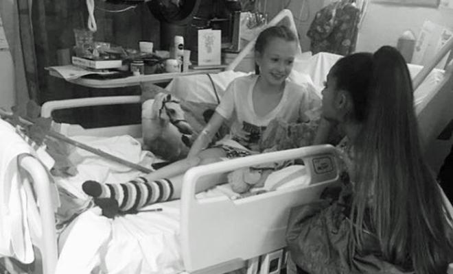 La cantante, durante su visita al hospital de Manchester.