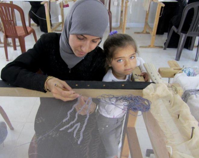 Jadiya Hijazi borda en el taller de costura del campo de refugiados de Boynuyogun.