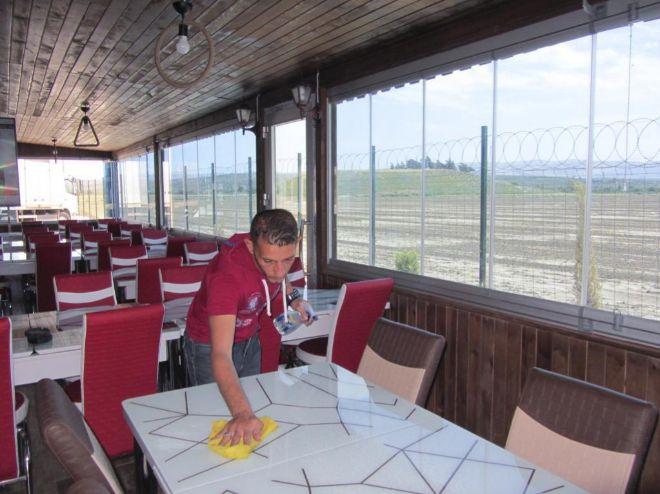 El restaurante del campo de Boynuyogun tiene vistas a frontera siria, tras la alambrada.