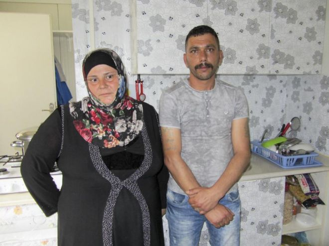 Jaled Hmeish, ex guerrillero del ELS, y su esposa, Dalia Ahmed, en el campo de Yibo.