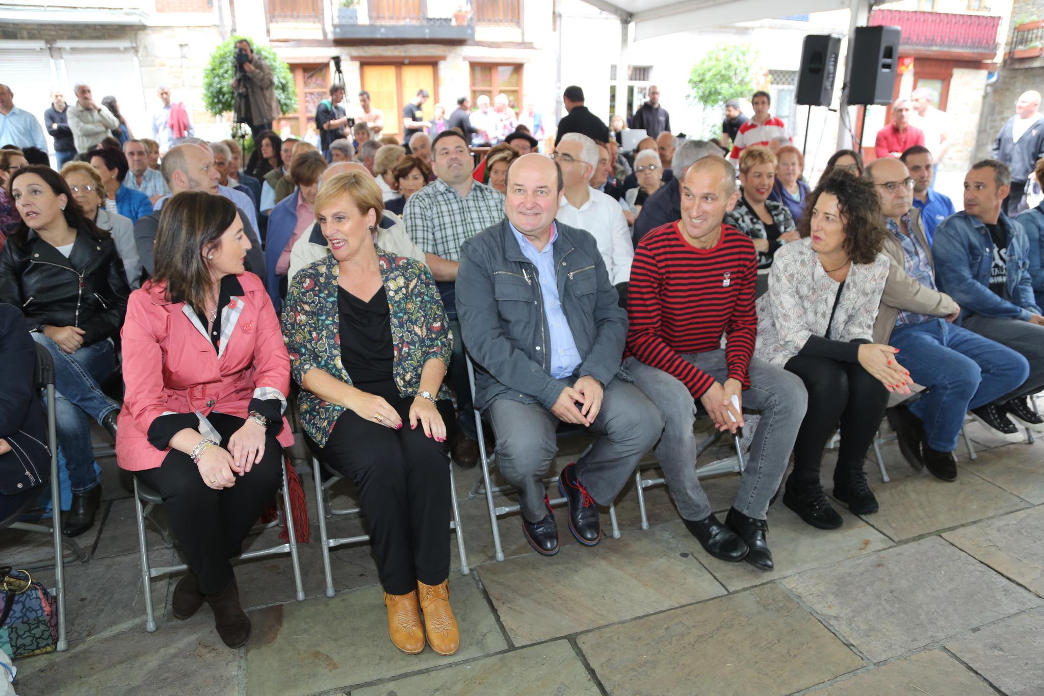 Andoni Ortuzar en los prolegómenos del acto celebrado en la Plaza de los Gudaris en Areatza. u
