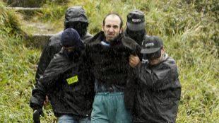 Agentes de la Ertzaintza guían a Ibon Iparragirre durante un registro...