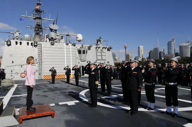 La ministra de Defensa, a bordo de la fragata 'Cristóbal Colón' en...