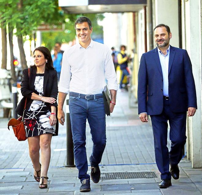 Adriana Lastra, Pedro Sánchez y José Luis Ábalos llegan a Ferraz tres días después de vencer en las primarias.