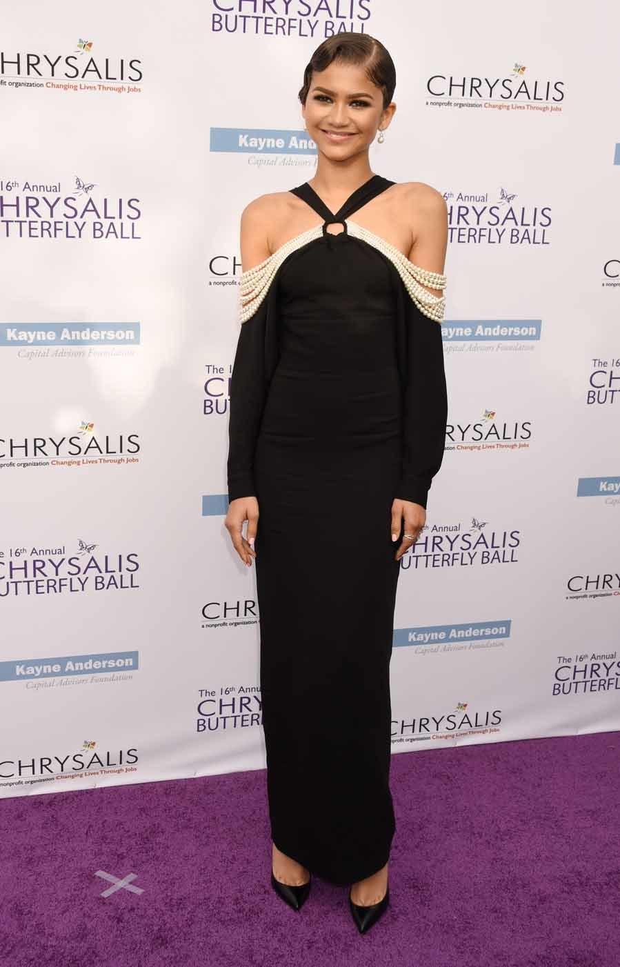 Acudió a la gala con un espectacular vestido negro con los hombros al...