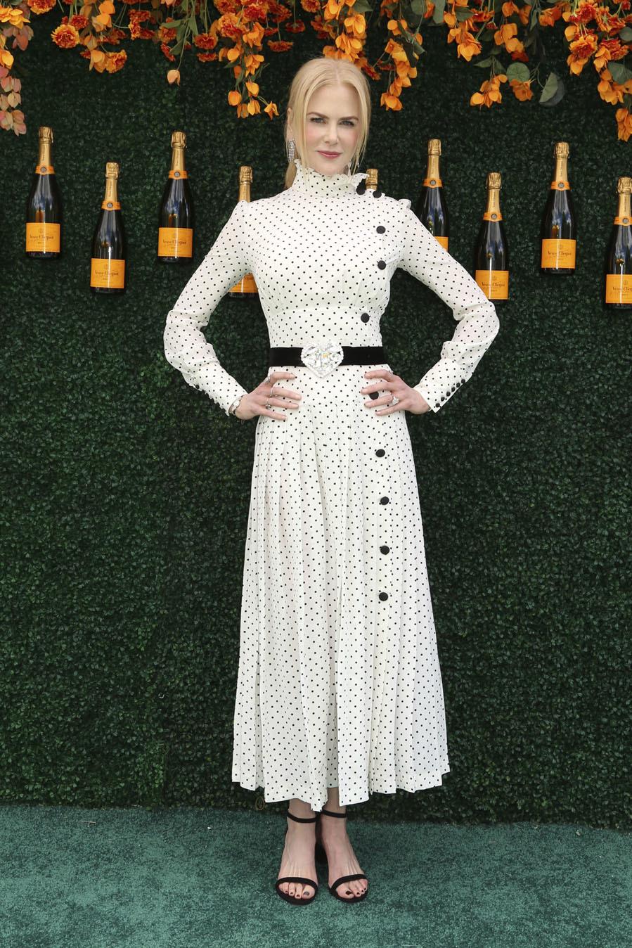 La actriz apostó por un vestido romántico blanco con lunares negros...