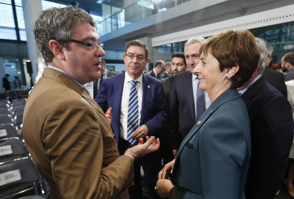 El ministro Nadal conversa con la consejera Tapia en San Sebastián.