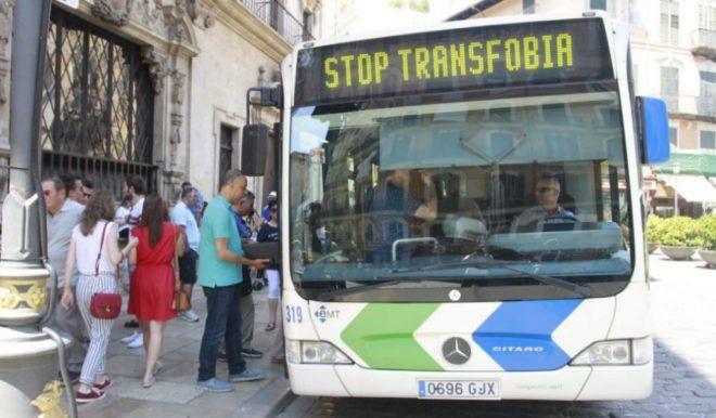 El autobús de la línea 2 que pasa por la plaza de Cort lució ayer en el rótulo frontal el lema en defensa cívica 'Stop Transfobia'
