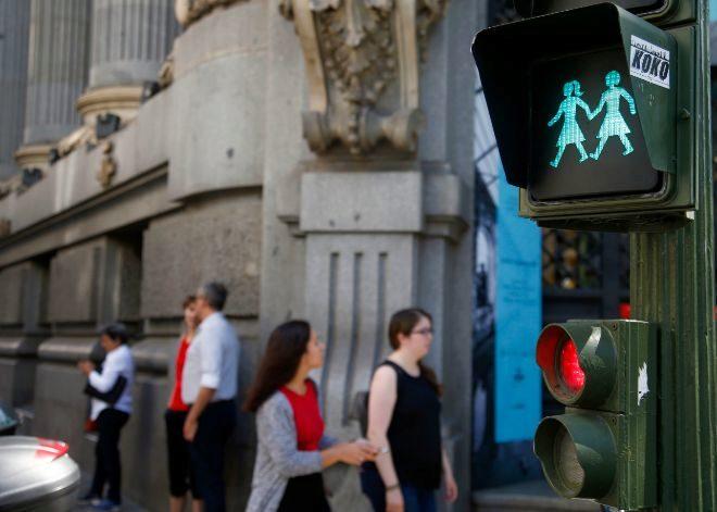 Carmena instala semáforos 'gay friendly' por el World Pride 2017 14966868080168