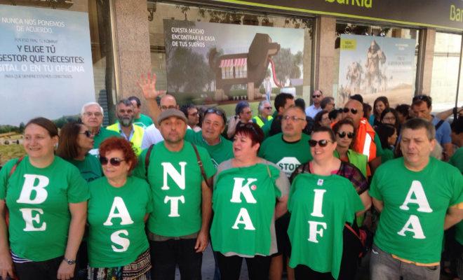 Miembros de la plataforma, este martes, protestando frente a la sede de Bankia de Castellón.