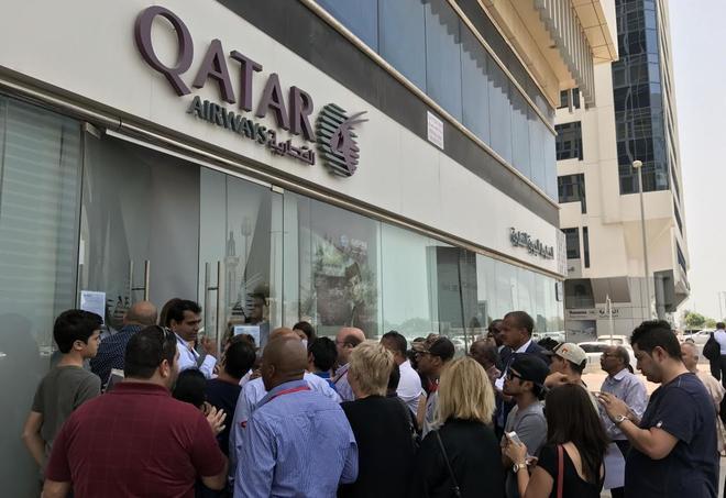 Una cola de gente ante una oficina de Qatar Airways, hoy, en Abu Dhabi.