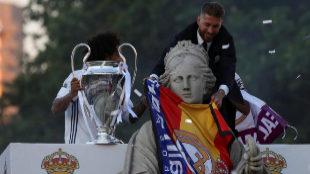 El capitán del Real Madrid, Sergio Ramos, coloca una bandera de...