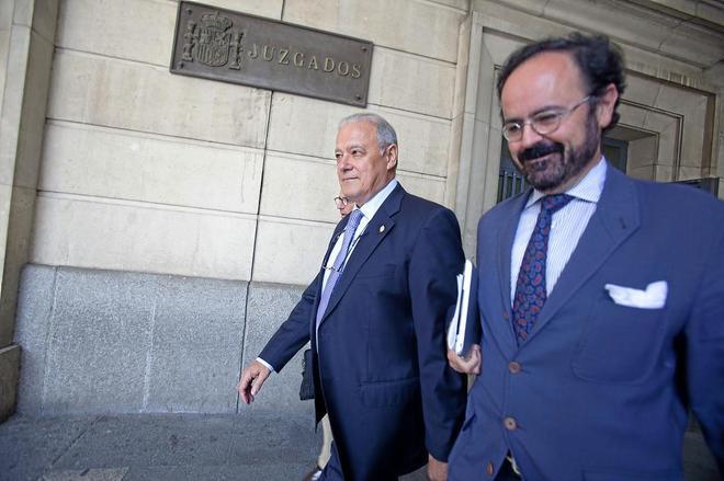 Ángel Ojeda (a la izquierda), junto a su abogado, el día que fue a declarar ante la juez Bolaños.