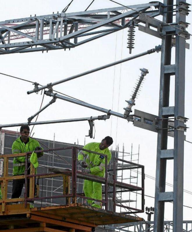 Instalación de la catenaria durante las obras del AVE.