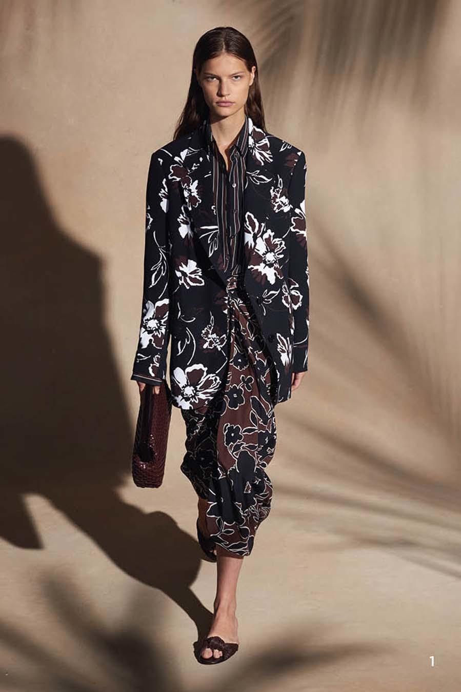 Michael Kors colección Crucero 2018, kimono negro con flores blancas