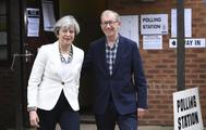 La primera ministra británica, Theresa May, y su marido Philip acuden a votar en Sonning, en el condado inglés de Berkshire.
