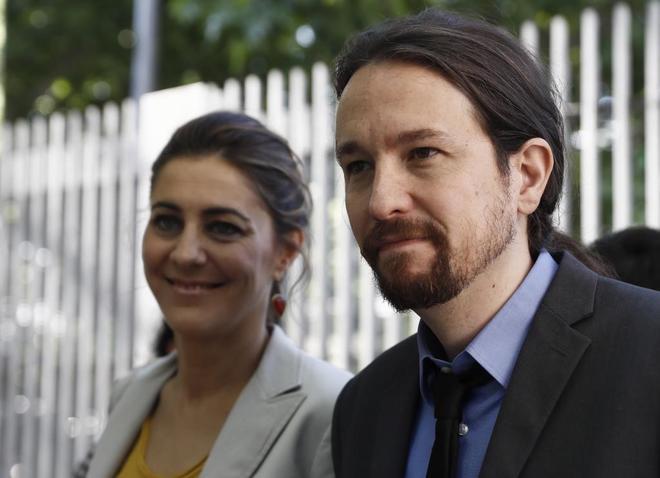 Pablo Iglesias, junto a la portavoz de Podemos en la Asamblea de...