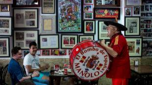 Manolo, con El Bombo de España, en su bar de Valencia.