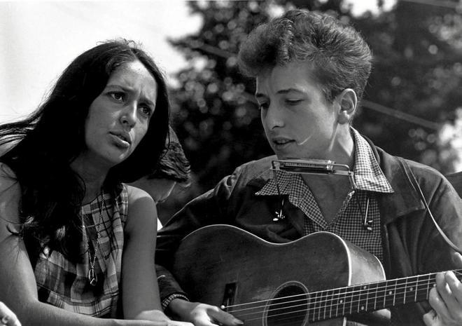 """Foto de archivo de los cantantes, en un fotograma del documental """"Don't look back"""", de D.A. Pennebaker."""