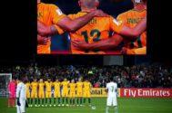 Las selecciones de Australia y Arabia Saudí durante el minuto de silencio.