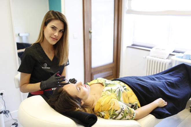 La doctora Carla Barber García, ex Miss España (2015), en su...