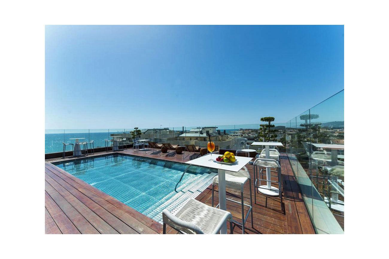 Esta es la apetecible piscina del hotel MiM de Sitges, que acaba de...