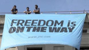 Pancarta colocada por las juventudes de CDC en la plaza de Sant Jaume.