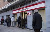 Varios desempleados aguardan la apertura de una oficina de empleo.
