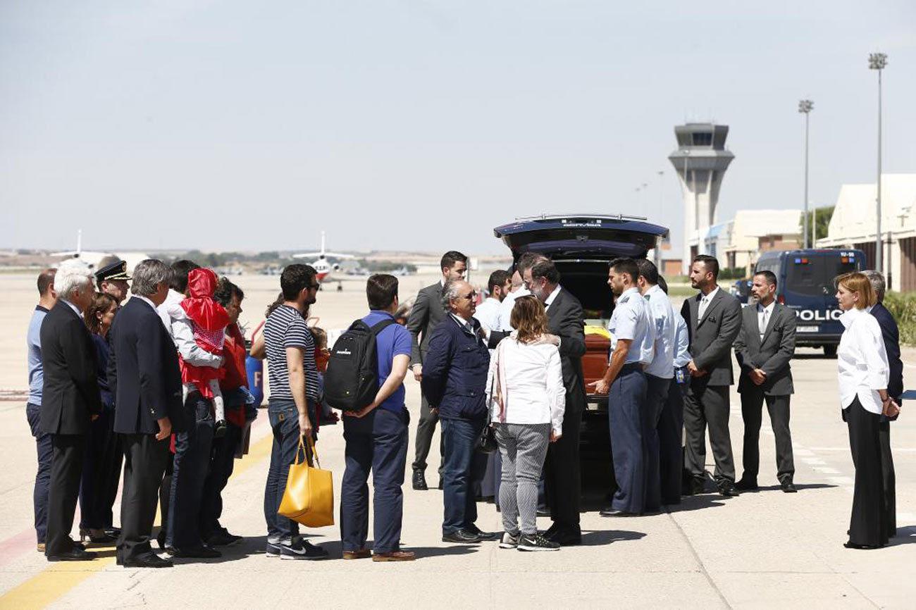 Rajoy, junto a familiares del fallecido, recibe el féretro del...