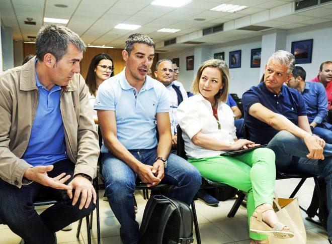El presidente de Canarias, Fernando Clavijo (izqda.), y otros...