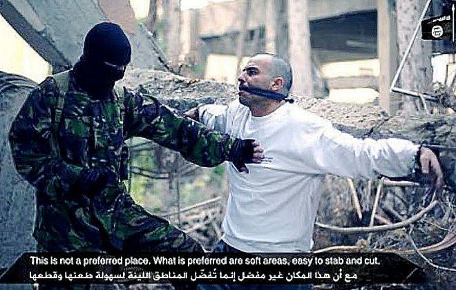 Abdelillah Himich muestra en el vídeo del Daesh que protagonizó este noviembre cómo acuchillar a un hombre de la forma más eficaz. El ex legionario tiene hoy 28 años.