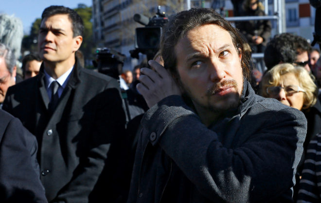 El secretario general de Podemos, Pablo Iglesias, y, en segundo plano,...