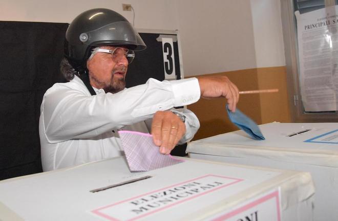 El líder del Movimiento Cinco Estrellas, Beppe Grillo, votando hoy en las elecciones locales italianas.