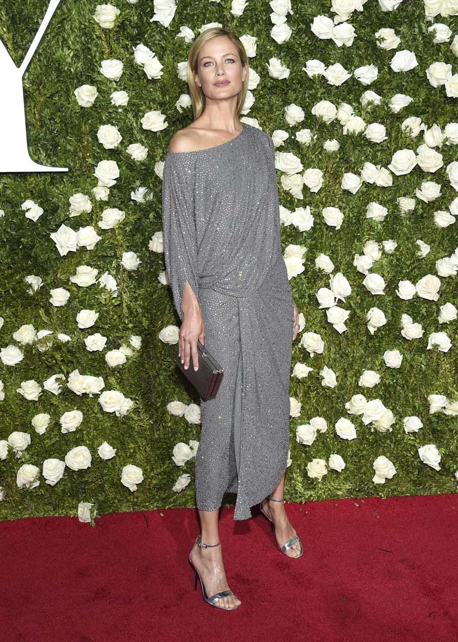 La modelo escogió para los Premios Tony un vestido midi drapeado en...