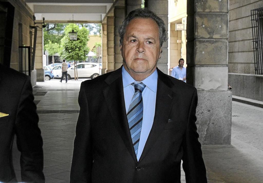 El ex presidente de Invercaria, Tomás Pérez-Sauquillo,  llega el pasadoa los juzgados de instrucción de Sevilla, en 2013.
