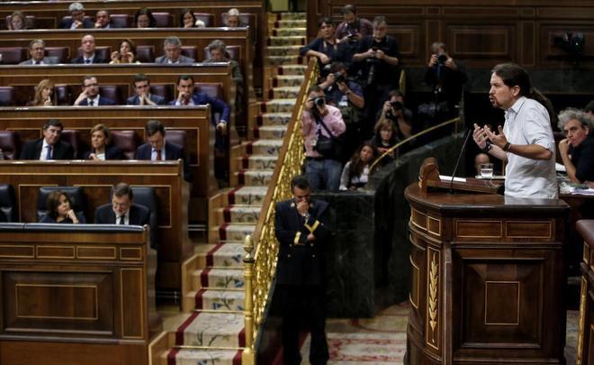 Pablo Iglesias, con la bancada 'popular' al fondo, en una...