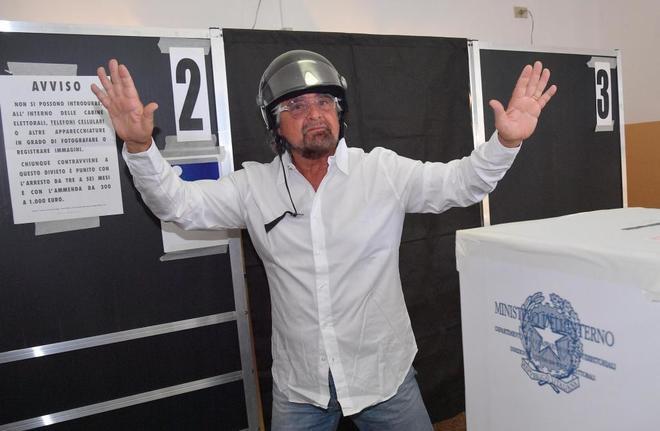 El líder del Movimiento Cinco Estrellas, Beppe Grillo, tras votar en Génova.