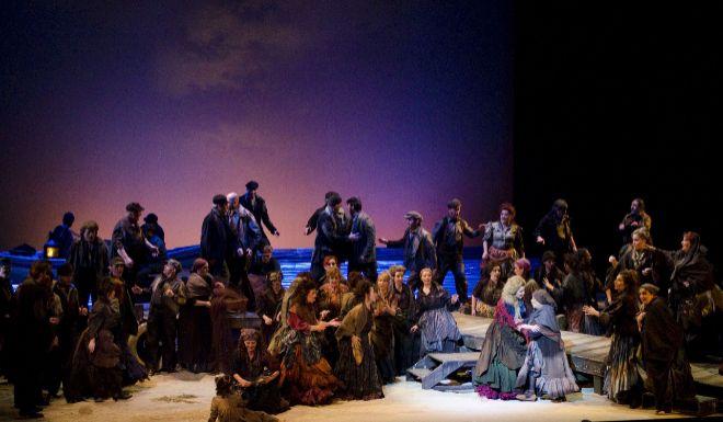 La pieza en un principio fue una zarzuela, pero por deseo del tenor,...