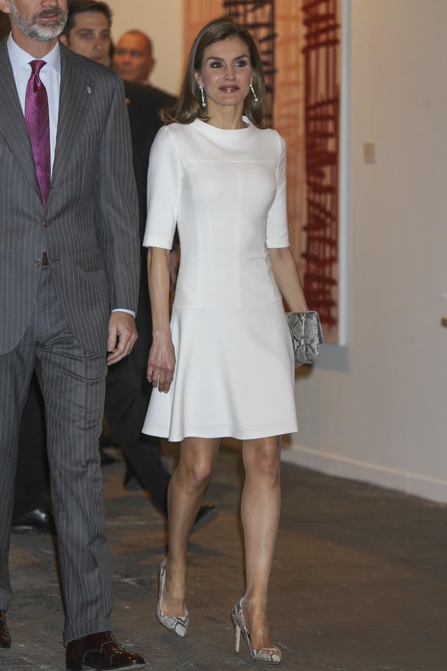 La Reina Letizia vestida con vestido blanco
