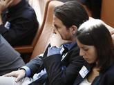 Pablo Iglesias e Irene Montero, durante el debate de la moción de...