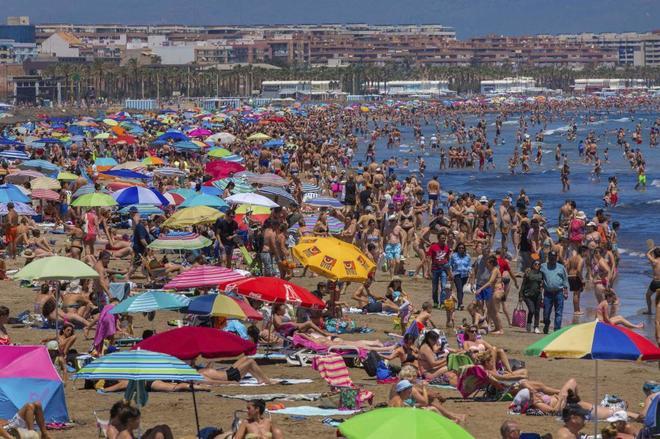 Miles de bañistas abarrotan la playa en Valencia, este fin de semana.