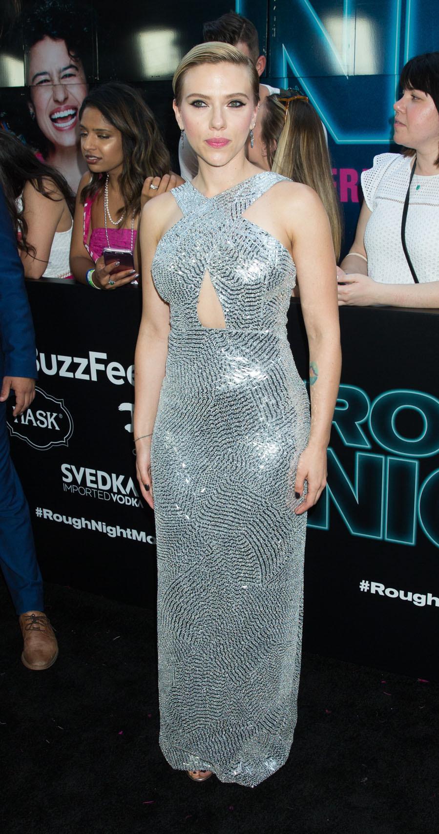 Scarlett Johansson se une a la tendencia del wet look para asistir a...