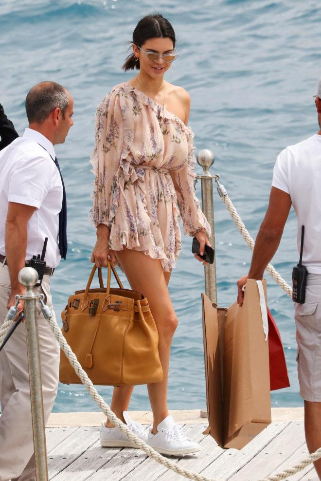 Para unas vacaciones en la playa (Costa Azul), la modelo optó por un...