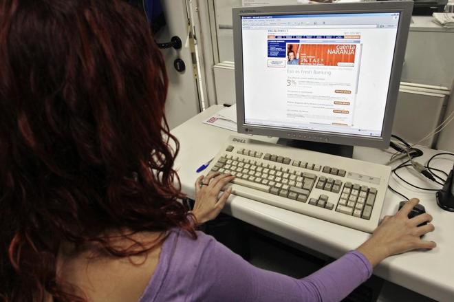 Una joven visita la web de su banco.