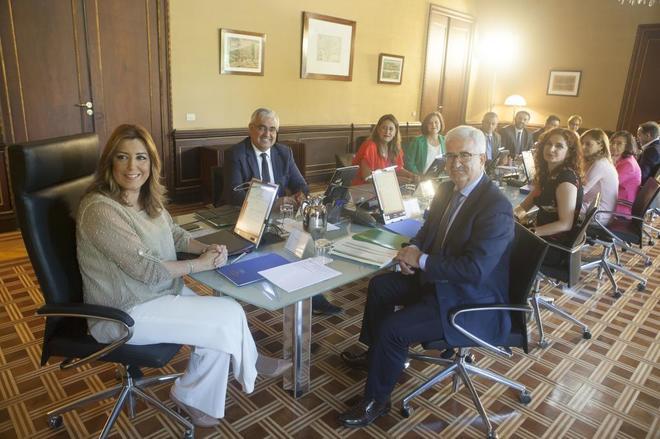 Susana Díaz  preside la primera reunión del nuevo gobierno, en el Palacio de San Telmo.