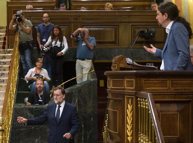 Pablo Iglesias durante su intervención en el Congreso, con Mariano Rajoy al fondo.