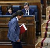 Pablo Iglesias pasa delante de los escaños de Sáenz de Santamaría y...