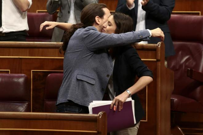 Pablo Iglesias abraza a Irene Montero tras la intervención de la...