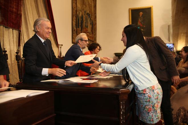 Daniel Hernández Ruipérez, rector de la Universidad de Salamanca y Rodrigo Echenique, vicepresidente de Banco Santander, hacen entrega de las becas.