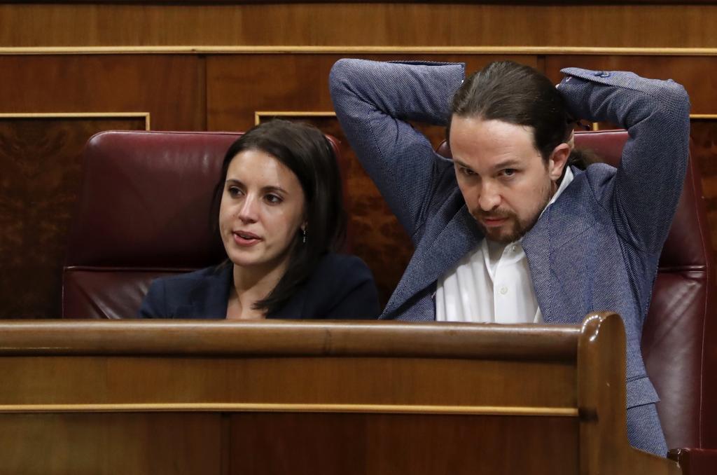 El líder de Podemos, Pablo Iglesias, y su portavoz, Irene Montero,...